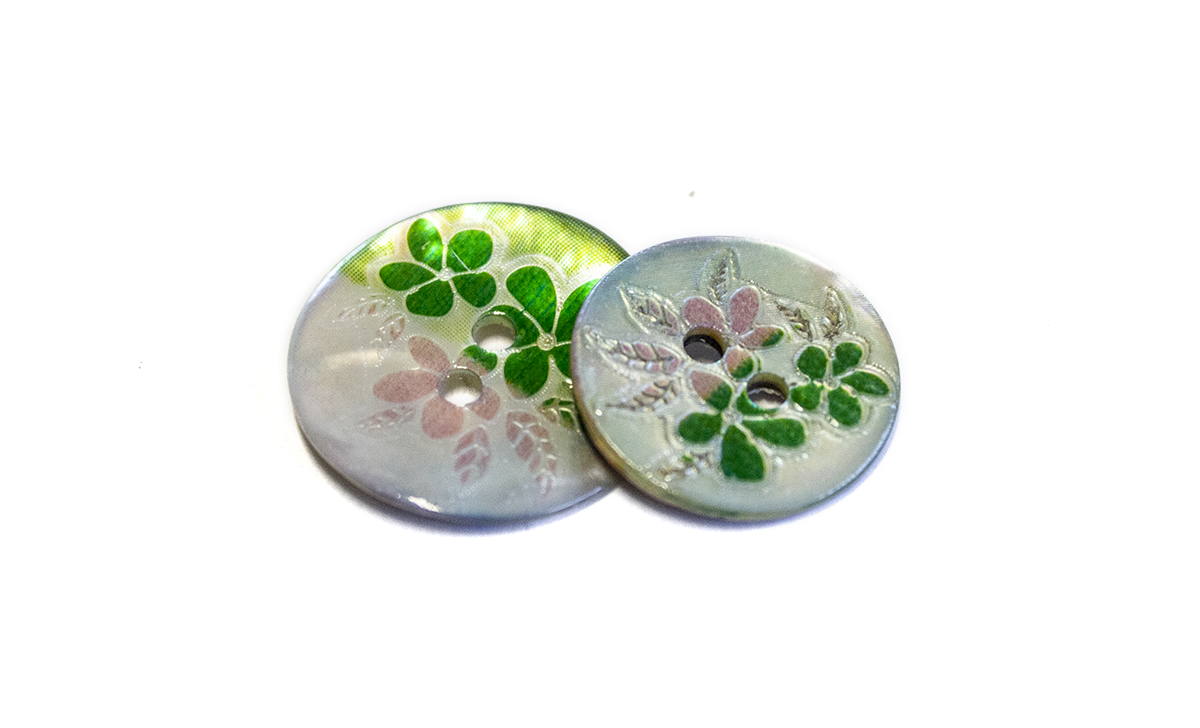 2 HOLE PEARL BUTTON W/ FLOWERS