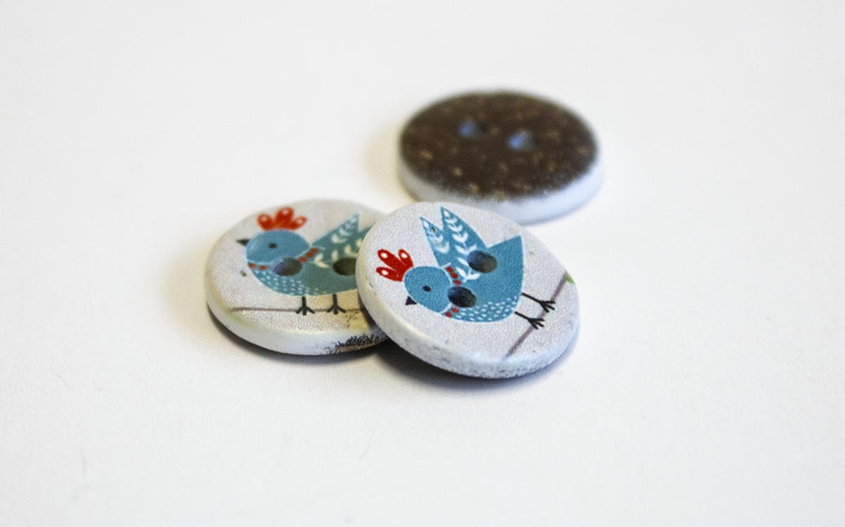 2 HOLE COCONUT BUTTON W/ BIRD
