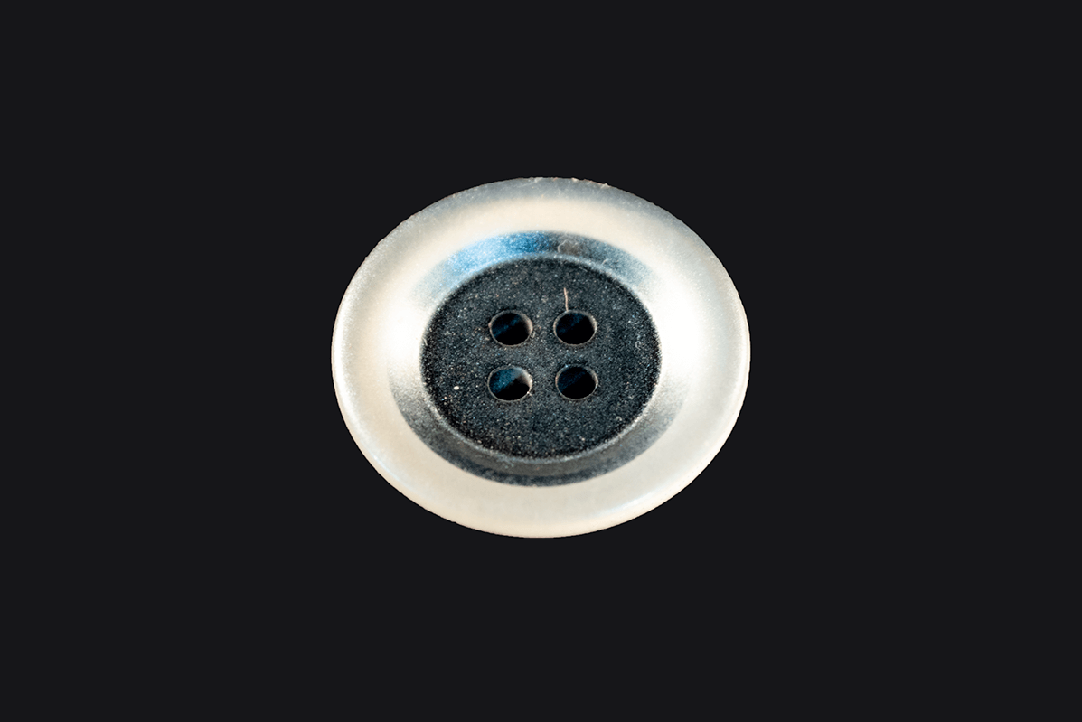 4 HOLE BLACK BUTTON WITH GLOSSY TRANSPARENT EDGES