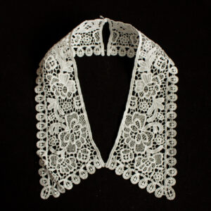 Embroidery collar with floral lace pattern
